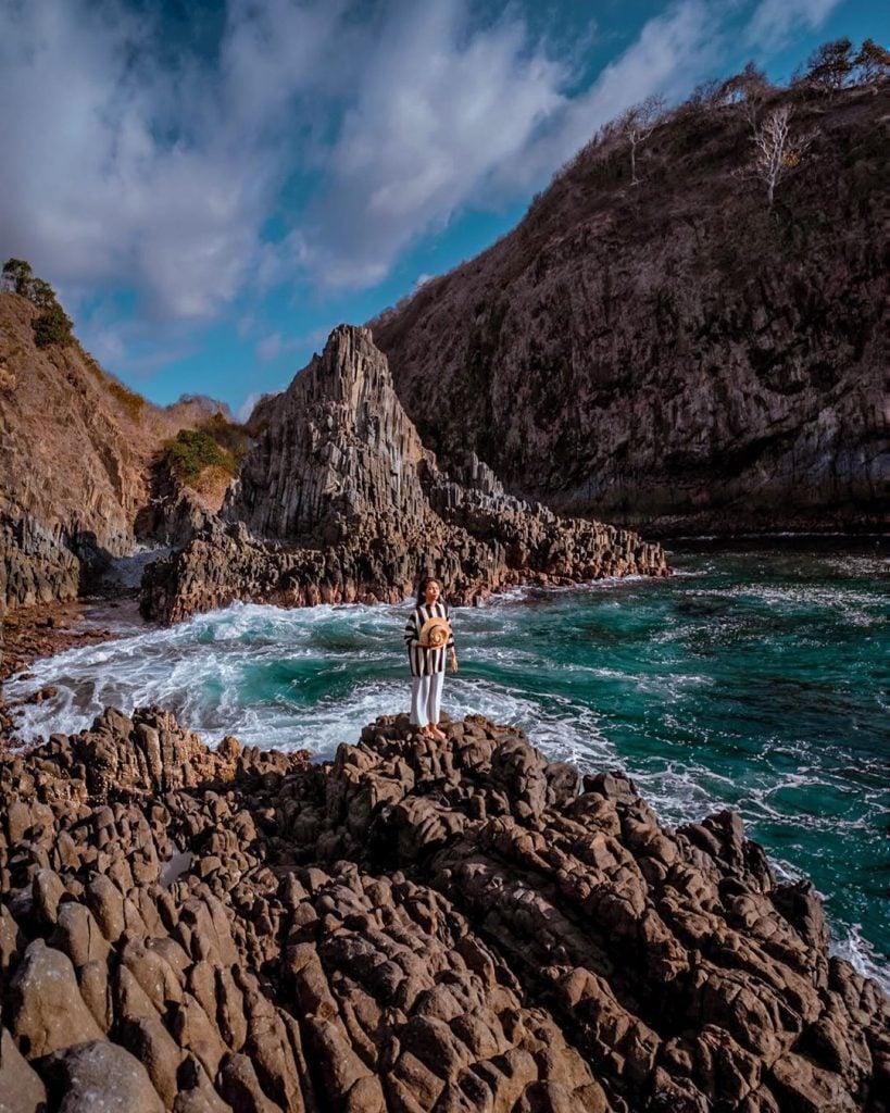 Pantai Semeti, Pantai Hidden Paradise Lombok dengan Bebatuan ala Planet Krypton