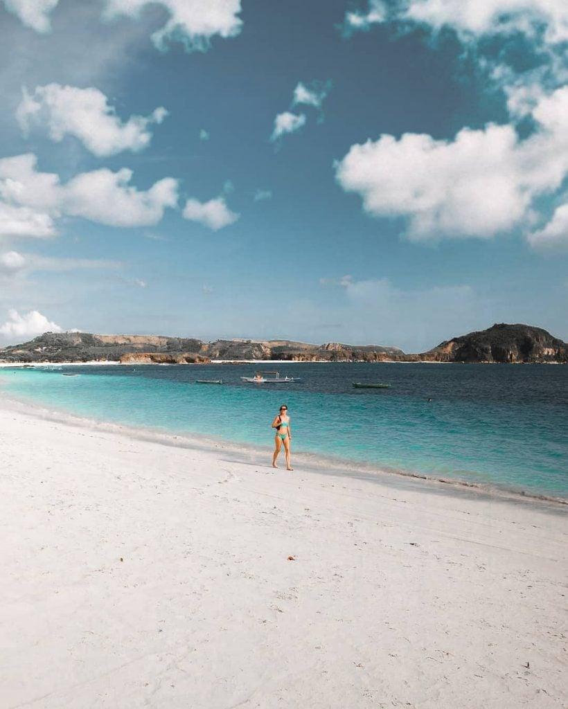 Pantai Tanjung Aan, Pantai Paling Indah di Lombok dengan Pasir Merica