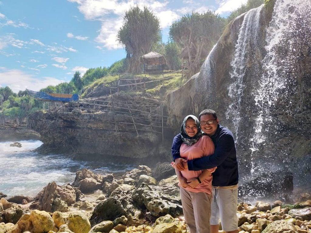 Pantai Jogan, Pantai dengan Air Terjun Langsung ke Laut yang Semakin Indah saat Musim Hujan di Jogja