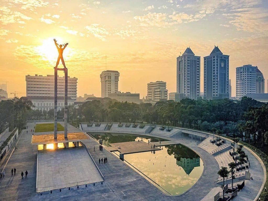 Lapangan Banteng Rekomendasi Lapangan dan tempat olahraga yang cocok untuk kencan dan pacaran sambil menikmati air mancur di malam hari di Jakarta