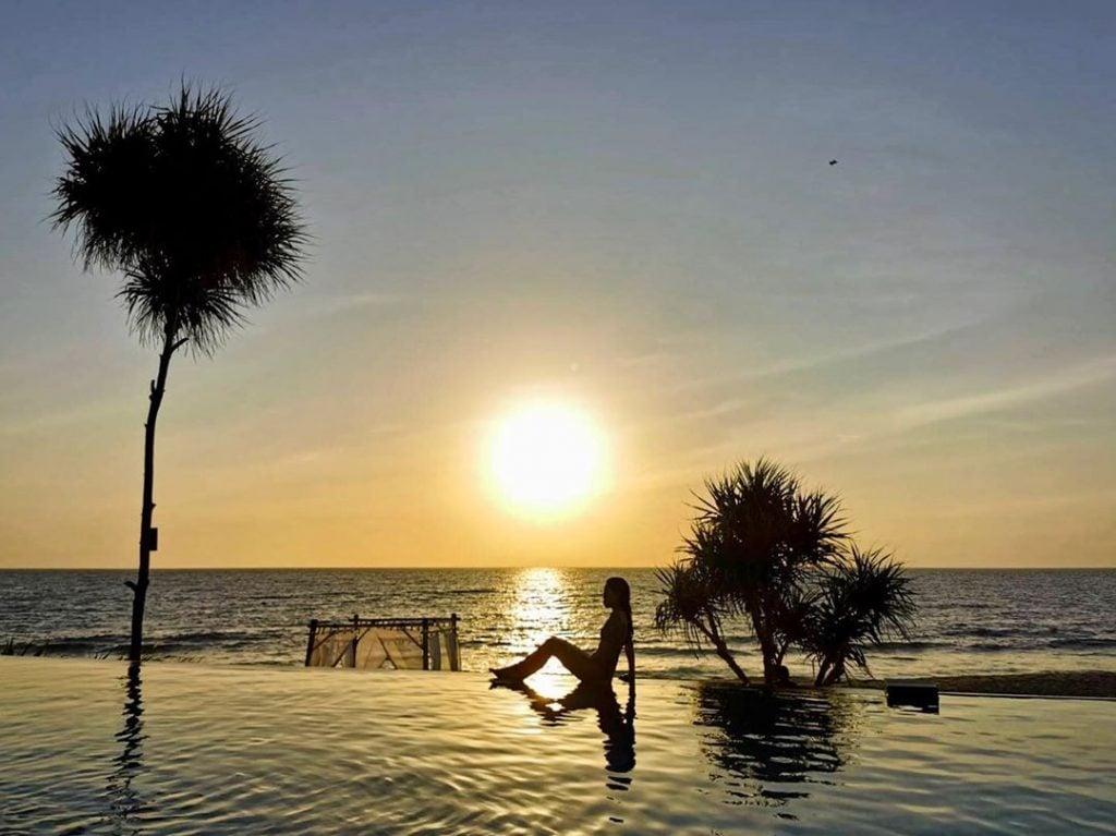 Berenang dan Menikmati Sunset di Infinity Pool di Katamaran Senggigi