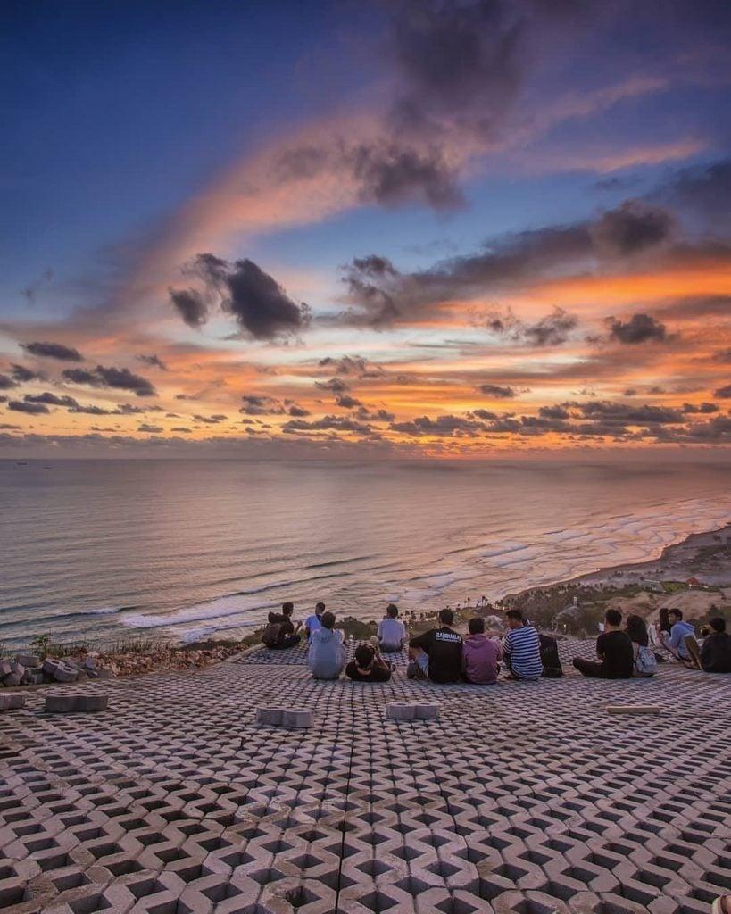 Menyaksikan sunset dari Bukit Paralayang Watugupit