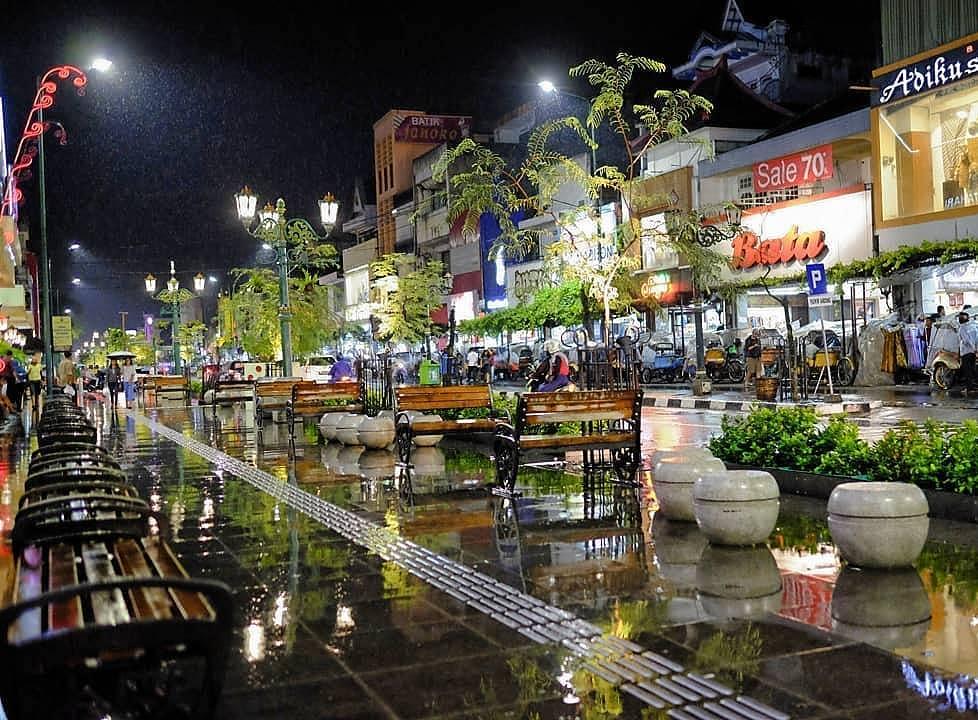 Menikmati Malioboro Jogja yang Romantis Saat Musim Hujan