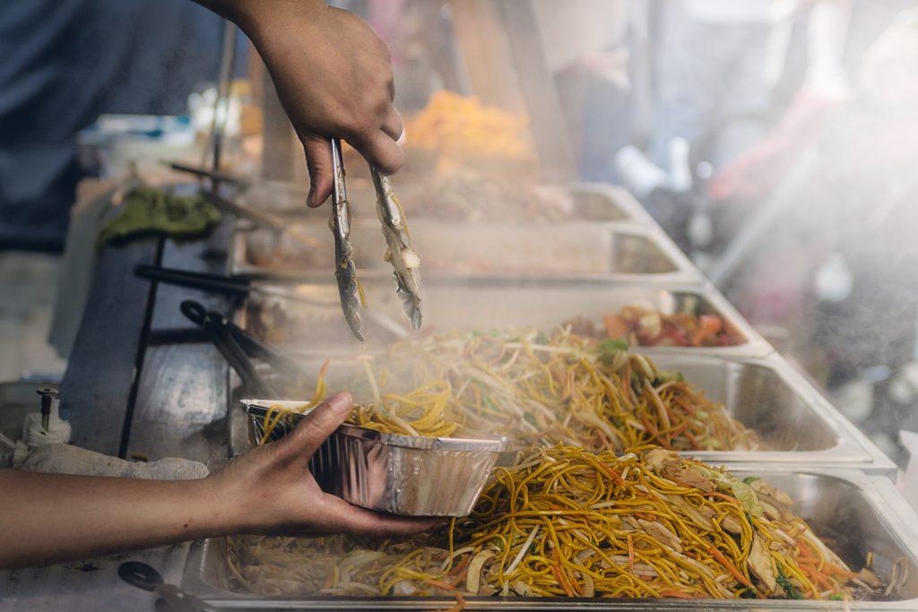 Jangan terlalu banyak jajan kuliner sembarangan saat traveling
