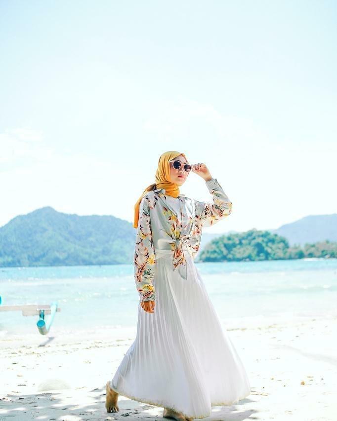 Siapa bilang kalau hijabers yang traveling ke pantai bakal susah milih outfit dan kehabisan gaya?