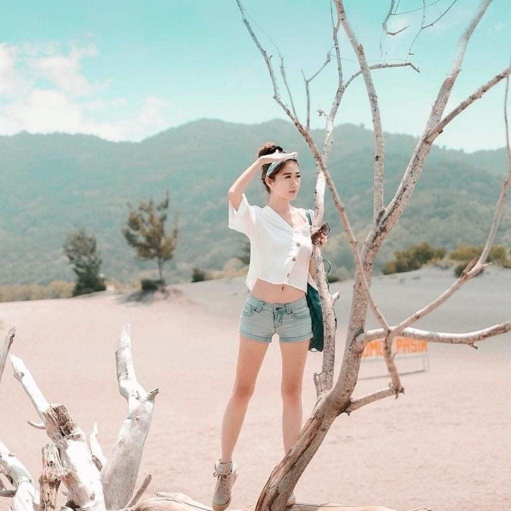10 Ide Outfit Traveling untuk Perempuan
