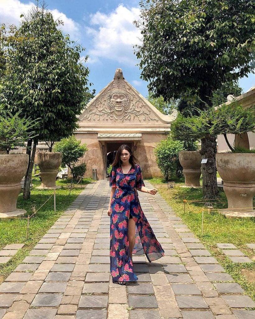 Perpaduan Long Dress motif floral dengan model cross over ini cocok banget digunakan sebagai outer tanktop dan hotpants/celana pendek kalian para traveler perempuan saat traveling.