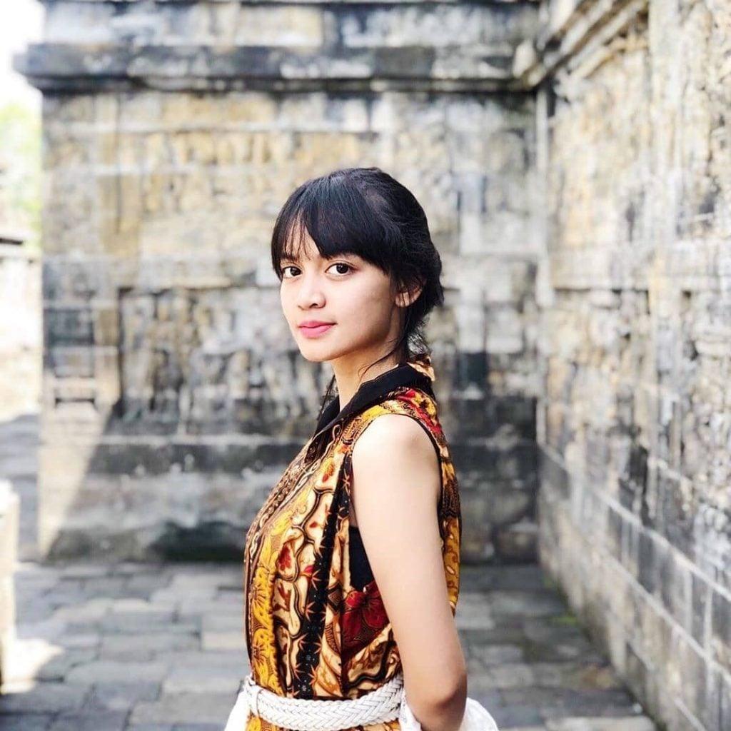 Kalian bisa coba Blouse Tanpa Lengan bermotif batik untuk traveling. Seolah-olah terlihat seperti penduduk lokal bukan?  Style fashion ini cocok banget untuk kalian para traveler perempuan yang ingin lebih blended dengan budaya lokal selama traveling.