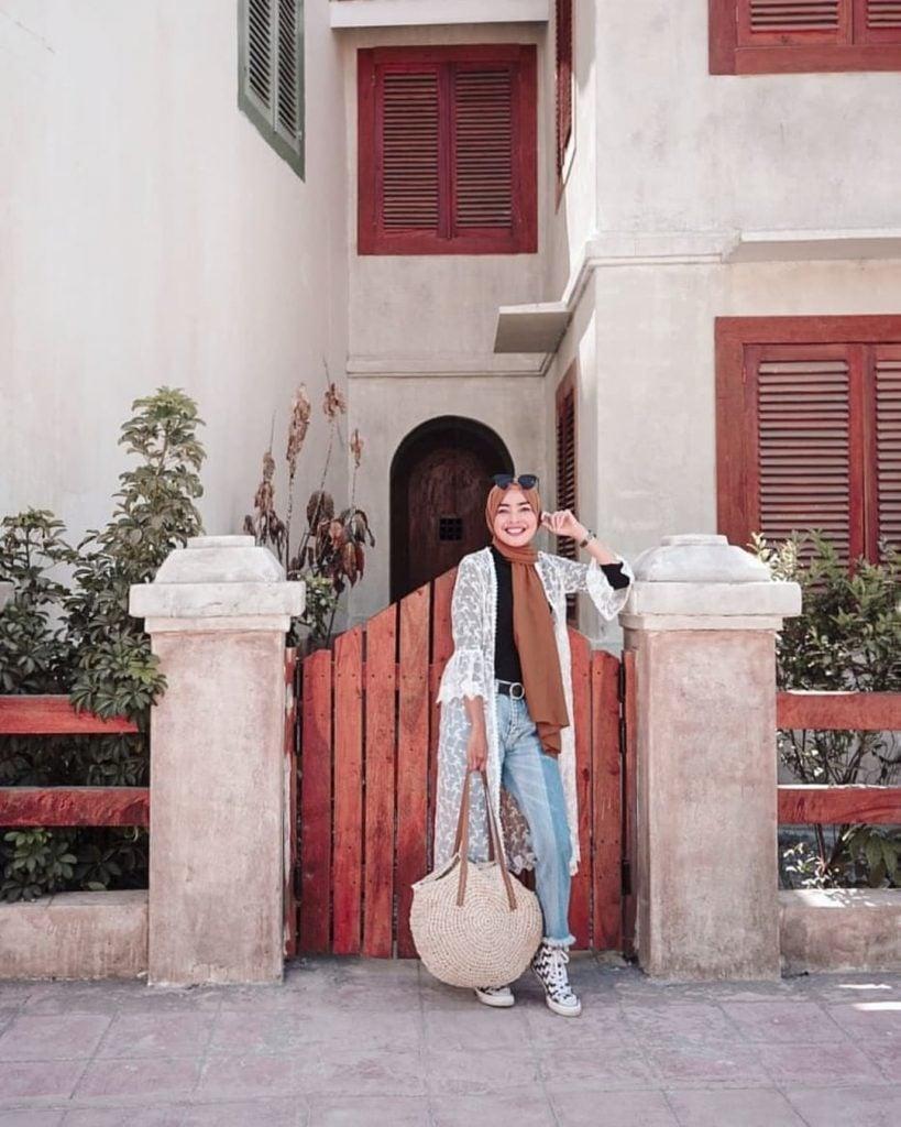 Ingin tampil dengan fashion street style tapi versi hijabers saat traveling?