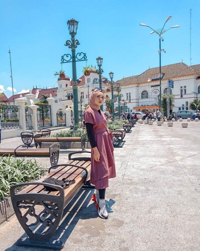 Buat para hijabers yang hobi traveling keliling kota dan tetap ingin tampil on point, boleh banget coba style outfit yang satu ini.