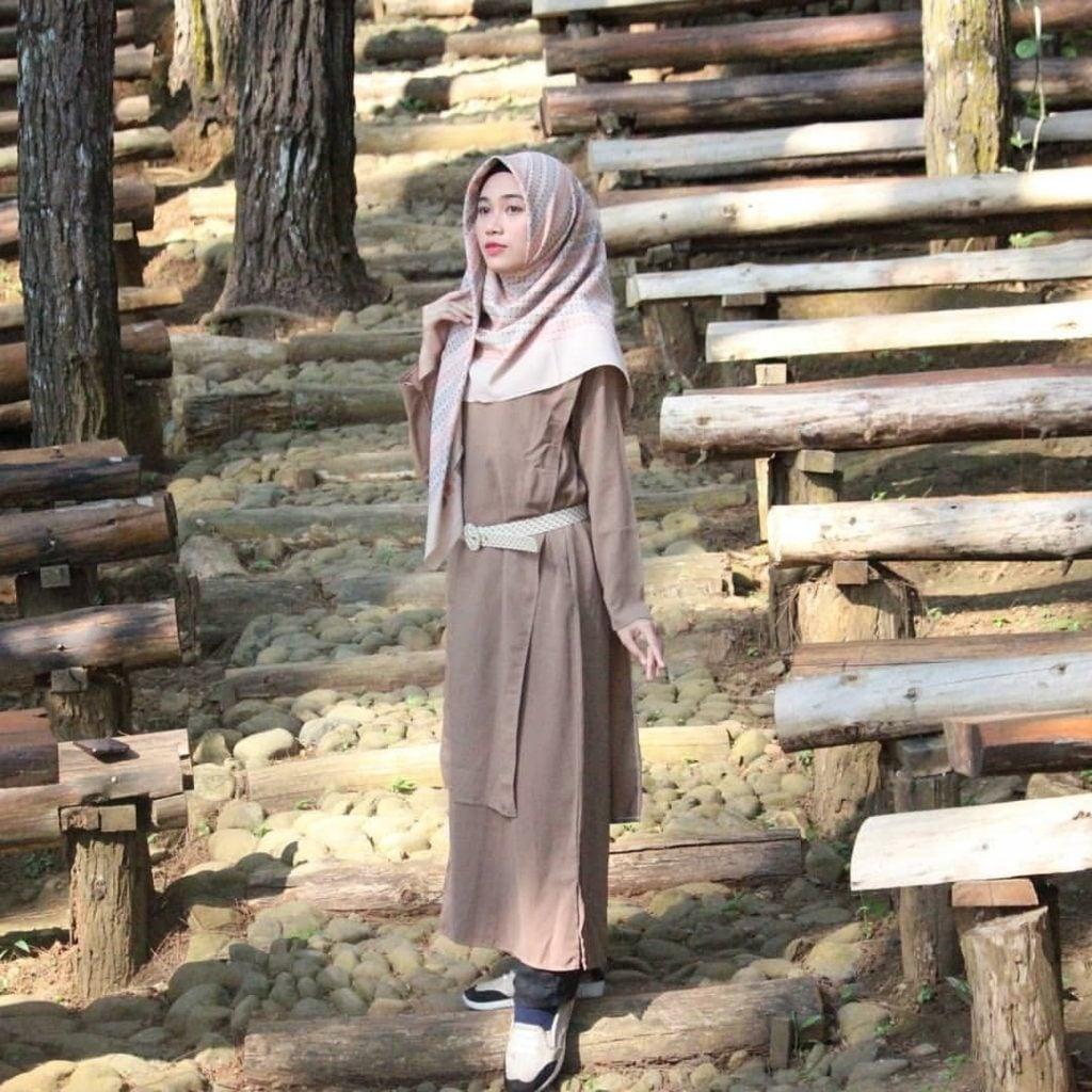 Gaya outfit yang satu ini cocok banget untuk kalian para hijabers yang suka style feminin dan simple