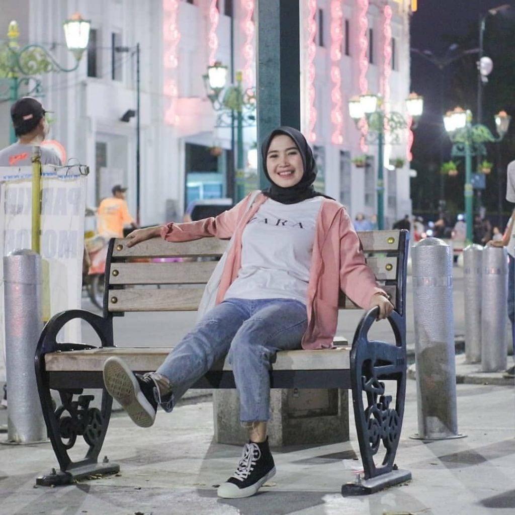 Kalian yang hijabers ingin outfit yang santai dan gak ribet untuk traveling?