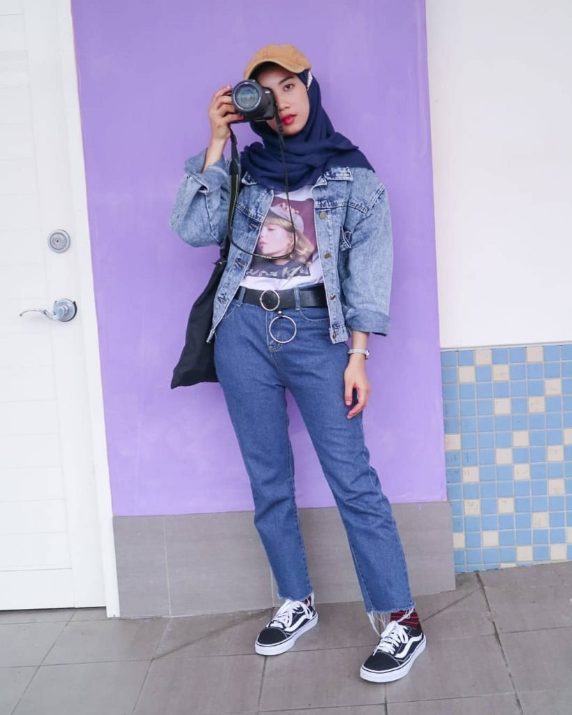 Denim jeans memang gak akan pernah lekang oleh waktu dan cocok digunakan kapanpun serta oleh siapapun, termasuk para hijabers yang hobi traveling.